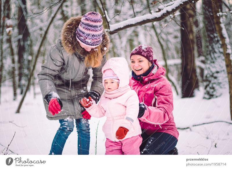 Mutter, die draußen Zeit mit ihren Kindern verbringt Lifestyle Freude Glück Freizeit & Hobby Spielen Winter Schnee Mensch Baby Mädchen Frau Erwachsene Eltern