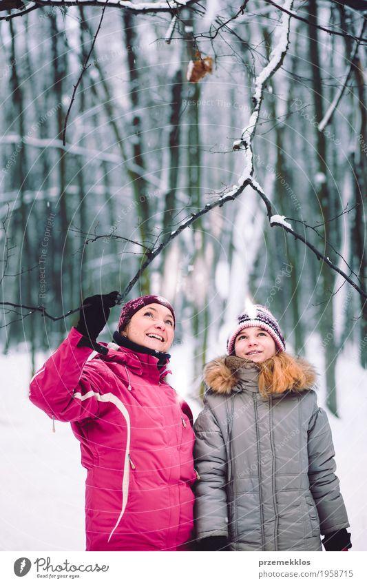 Mutter und Tochter während des Wegs im Wald Mensch Kind Frau Natur Baum Freude Mädchen Winter Erwachsene Lifestyle Schnee Familie & Verwandtschaft Park Ausflug