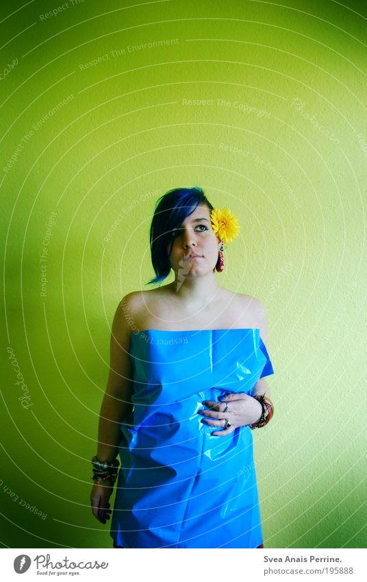 kleider machen leute. Mensch Jugendliche blau grün Blume Erwachsene gelb feminin Wand Gefühle Haare & Frisuren Mauer Traurigkeit Mode träumen Stimmung