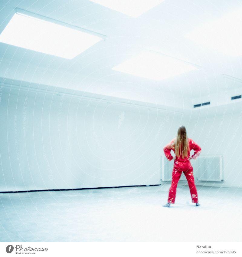 beam me up Mensch Jugendliche weiß blau rot feminin Wand Raum blond Erwachsene groß frei leer Lifestyle modern Ecke