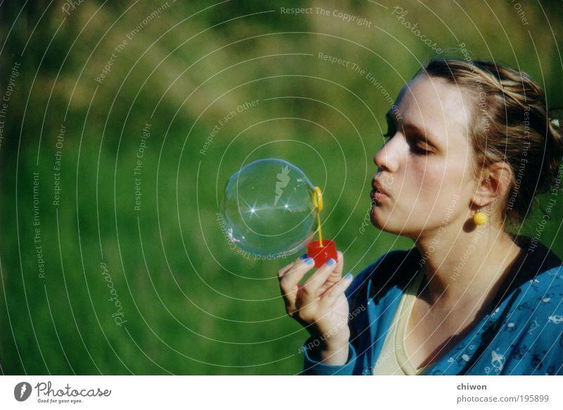 Seifenblubsi Mensch Jugendliche Sonne grün blau Sommer Freude feminin Glück Erwachsene frisch Fröhlichkeit Lebensfreude entdecken Blase