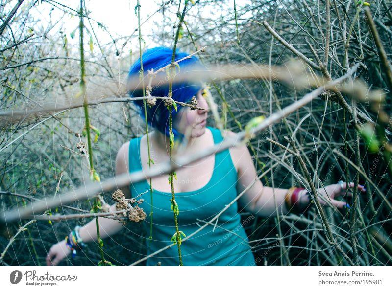 auf der suche. Mensch Jugendliche blau Pflanze Erwachsene feminin kalt Haare & Frisuren Garten Stimmung Zufriedenheit Lifestyle Coolness 18-30 Jahre einzigartig T-Shirt