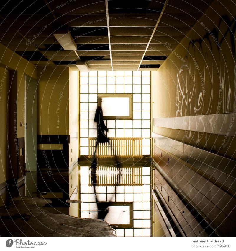 SPIEGLEIN Mensch 1 Menschenleer Ruine Schwimmbad Bauwerk Gebäude Architektur Mauer Wand Fenster Zeichen Schriftzeichen Graffiti laufen Wasser Pfütze Spiegelbild