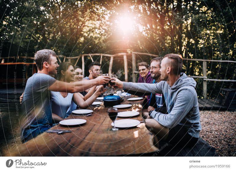 Natur Essen Familie & Verwandtschaft Garten Lebensmittel Menschengruppe Zusammensein Freundschaft Glas Fröhlichkeit Lächeln Freundlichkeit Getränk trinken Wein Geschirr