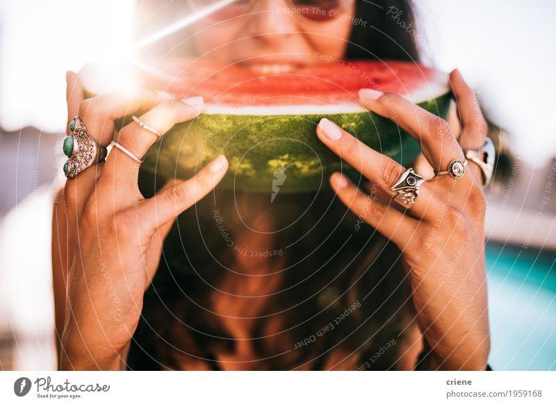 Frauen, die Wassermelone am Swimmingpool essen Lebensmittel Frucht Essen Lifestyle Stil Freude Schwimmbad Ferien & Urlaub & Reisen Sommer Sommerurlaub Sonne