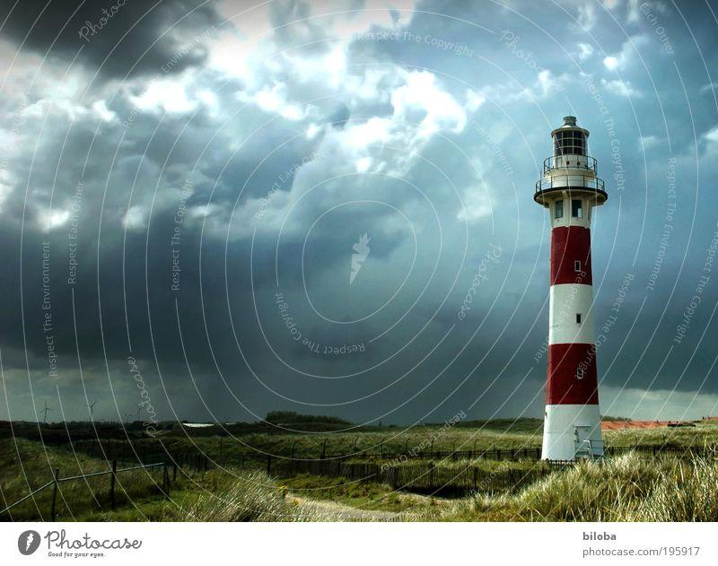 Leuchtturm weiß grün rot schwarz Gefühle Architektur grau wild Bauwerk Sturm Dienstleistungsgewerbe Wahrzeichen Navigation Textfreiraum links Sehenswürdigkeit