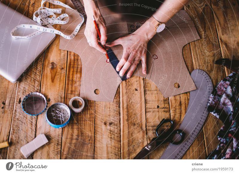 Nahaufnahme des weiblichen Modedesigners, der um Muster zeichnet Frau Hand Erwachsene Lifestyle Kunst Business Arbeit & Erwerbstätigkeit Freizeit & Hobby