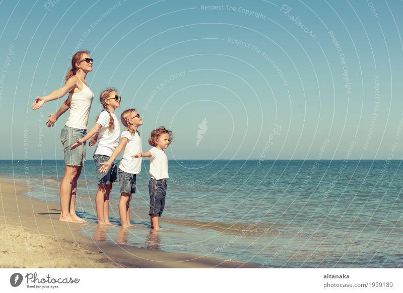 Mutter und Kinder spielen am Strand. Frau Natur Ferien & Urlaub & Reisen Sommer Sonne Hand Meer Erholung Freude Mädchen Erwachsene Leben Liebe Lifestyle