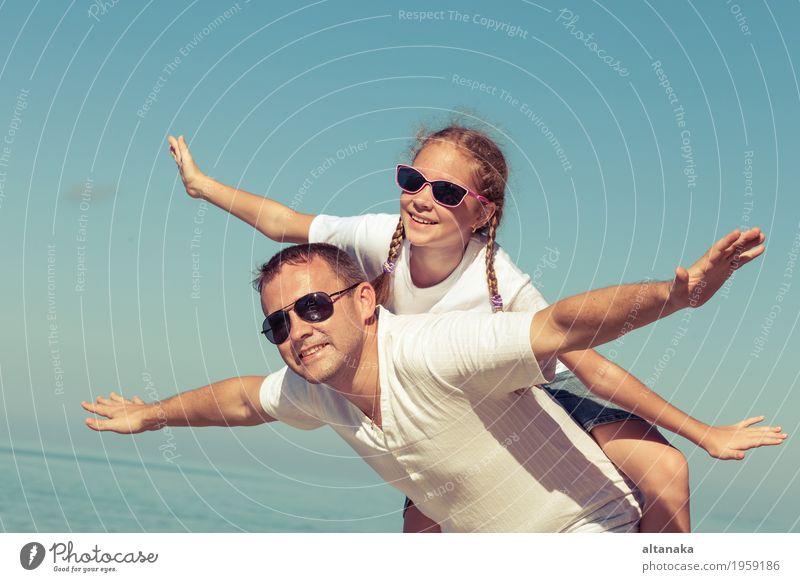 Vater und Tochter, die am Strand zur Tageszeit spielen. Lifestyle Freude Leben Erholung Freizeit & Hobby Spielen Ferien & Urlaub & Reisen Ausflug Freiheit