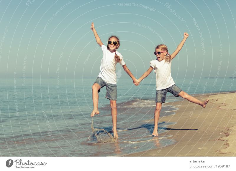 zwei Schwestern spielen am Strand Lifestyle Freude Glück schön Erholung Freizeit & Hobby Spielen Ferien & Urlaub & Reisen Freiheit Sommer Sonne Meer Erfolg Kind