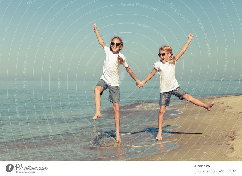 zwei Schwestern spielen am Strand Mensch Kind Natur Ferien & Urlaub & Reisen Sommer schön Sonne Hand Meer Erholung Freude Mädchen Lifestyle Gefühle Sport