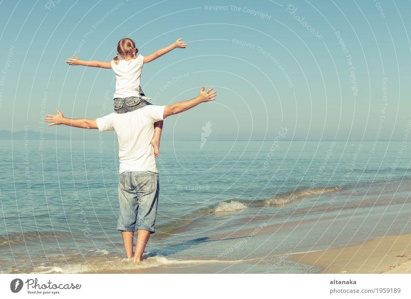 Vater und Tochter, die am Strand zur Tageszeit spielen. Kind Frau Natur Ferien & Urlaub & Reisen Sommer Sonne Hand Meer Erholung Freude Mädchen Erwachsene Leben