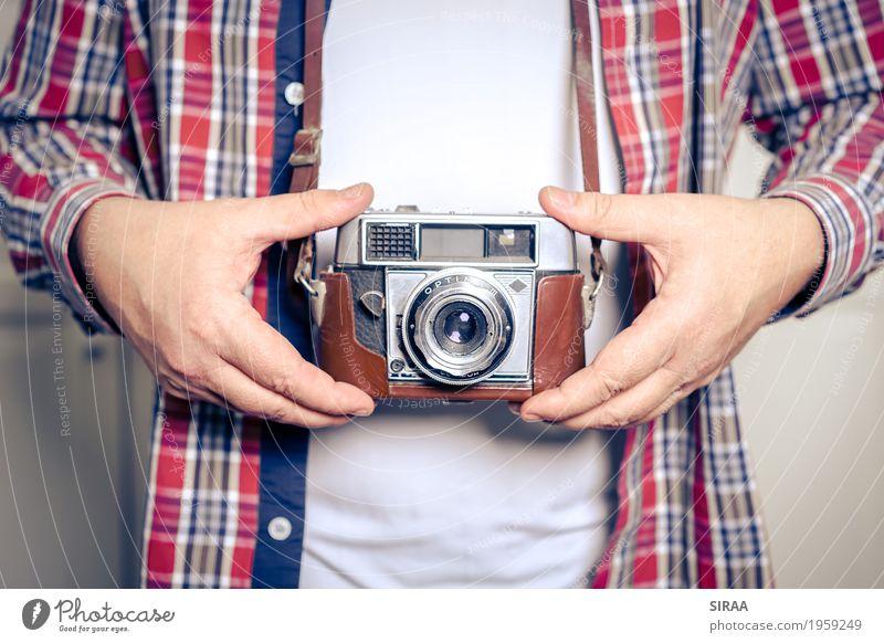 Alte Kamera Fotokamera maskulin Mann Erwachsene Hand 1 Mensch 45-60 Jahre T-Shirt Hemd festhalten antik Antiquität retro Farbfoto Innenaufnahme Nahaufnahme Tag