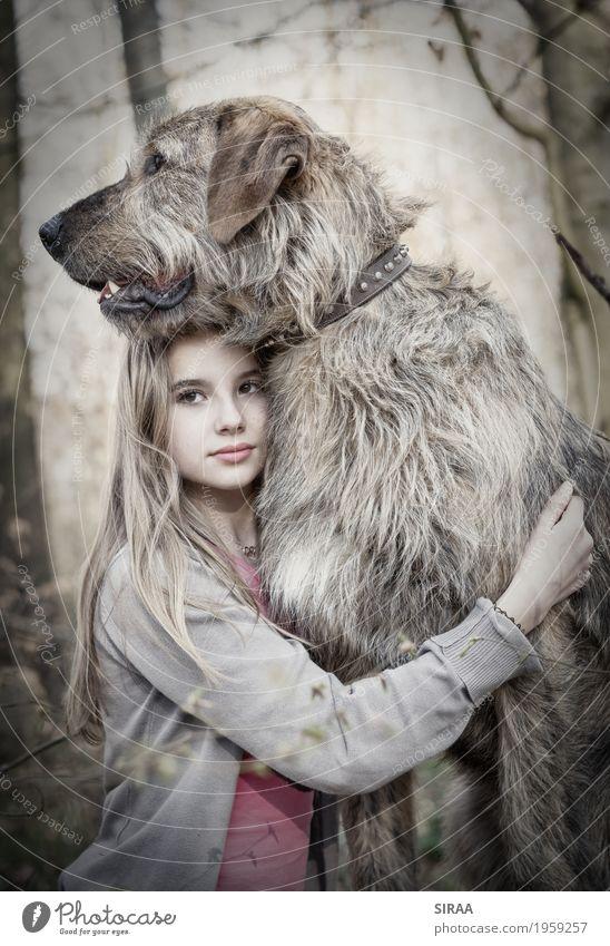 Der Wolf Mensch Kind Natur Hund Jugendliche Baum Landschaft Tier Mädchen Wald feminin Zusammensein Freundschaft blond Kindheit stehen