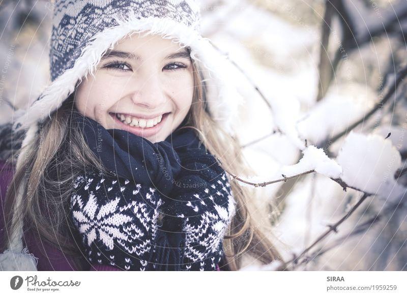 Winter Wonderland Mensch feminin Kind Mädchen Kindheit Jugendliche Gesicht 1 8-13 Jahre Natur Wetter Eis Frost Schnee Schneefall Baum Wald Fell Schal Handschuhe