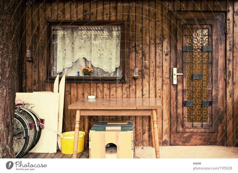 Saisonstart Sommerurlaub Häusliches Leben Wohnung Tisch Hütte Fenster Tür alt retro braun Ferienhaus Gardine geschlossen Holzhaus Gartenhaus Eingangstür