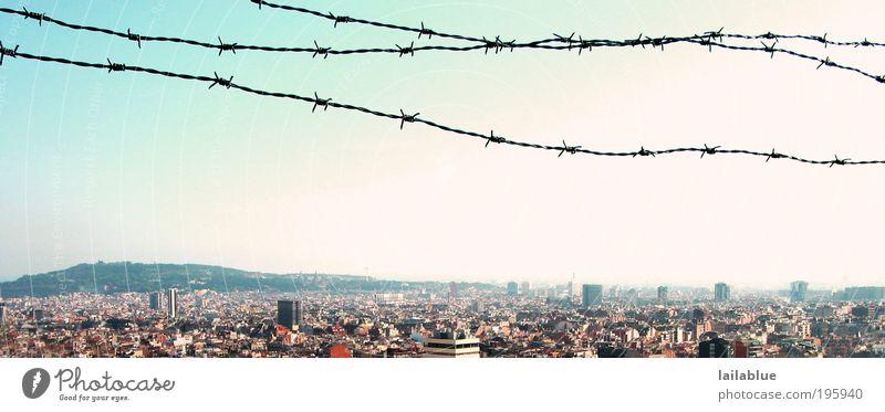 aussicht mit einschränkung Ferien & Urlaub & Reisen Ferne Freiheit Wolkenloser Himmel Sommer Schönes Wetter Hügel Barcelona Skyline Stacheldraht