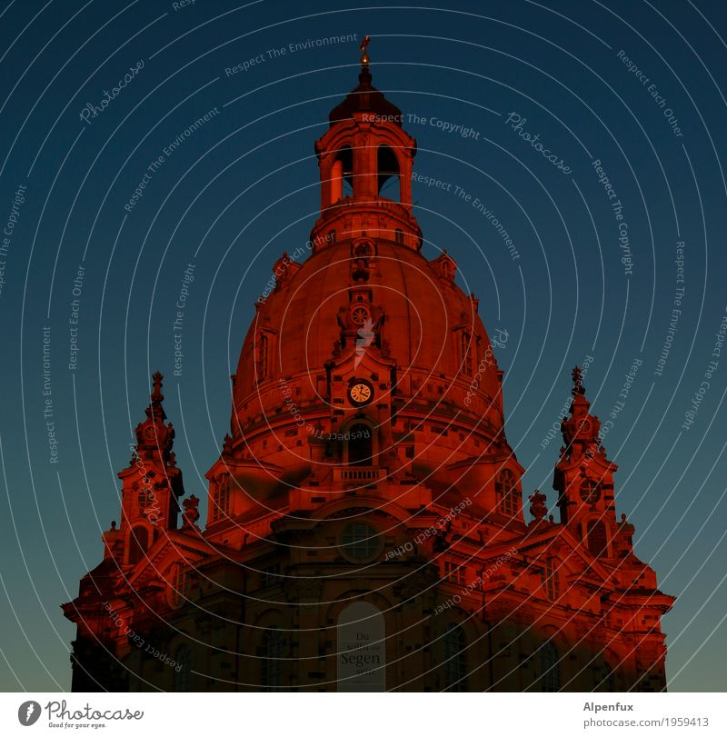 Alpenglühen... Dresden Stadt Stadtzentrum Kirche Kuppeldach Sehenswürdigkeit Wahrzeichen Denkmal Frauenkirche glänzend groß rot Güte Hilfsbereitschaft Glaube