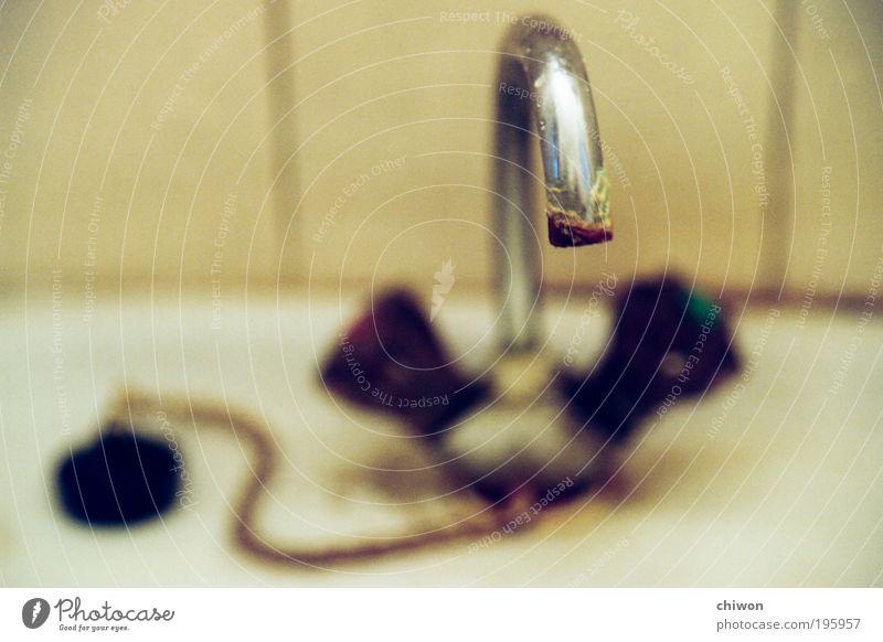[r]ostig Renovieren Bad Rost alt Reinigen dreckig nass trashig braun Mitgefühl Verlässlichkeit Reinlichkeit Sauberkeit Traurigkeit Verzweiflung Wasserhahn