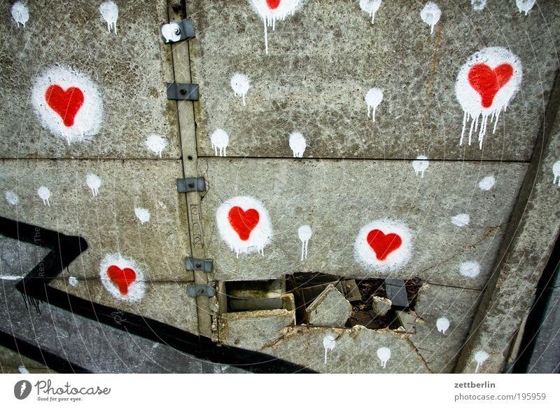 Herzen weiß rot Liebe Wand Gefühle grau Graffiti Zusammensein Suche Beton Hoffnung Romantik Information Punkt Grenze