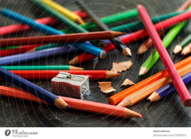 Ein Spitzer und Farbstifte Design Freizeit & Hobby Handarbeit Schule Holz dunkel hell blau gelb grün rosa rot weiß Farbe Kreativität farbenfroh Zeichnung