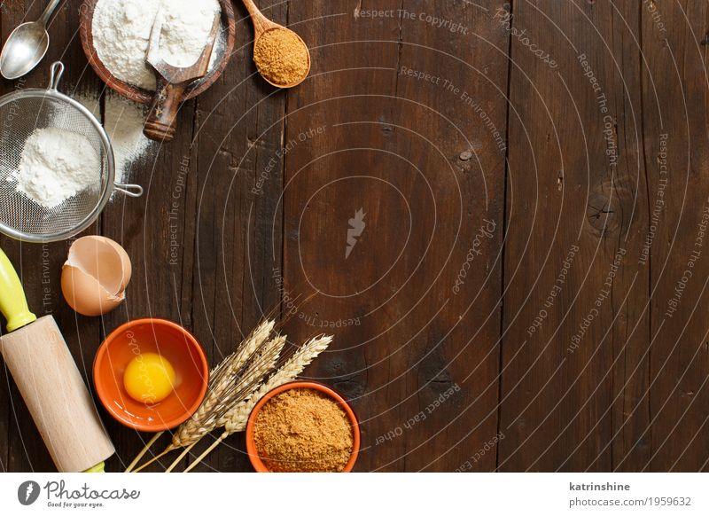 Zutaten und Utensilien zum Backen weiß Holz braun frisch Tisch Kräuter & Gewürze Küche Dessert Ei Schalen & Schüsseln Backwaren Zucker Essen zubereiten roh