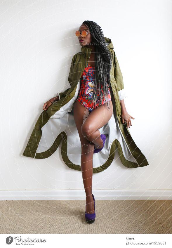 . Mensch Frau schön Erwachsene Lifestyle feminin Stil Haare & Frisuren Raum elegant ästhetisch Kreativität stehen beobachten Coolness festhalten