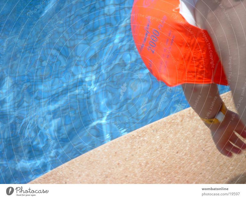 Sprung ins kalte Wasser Kind Wasser Sonne Sommer Ferien & Urlaub & Reisen Europa Schwimmbad Schwimmhilfe Becken