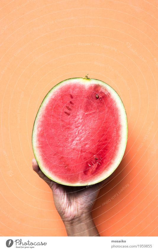 Hand, die Melone auf orange Farbhintergrund - Popartdesign hält Frucht Dessert Ernährung Vegetarische Ernährung Diät Stil Design exotisch Freude Sommer Kunst