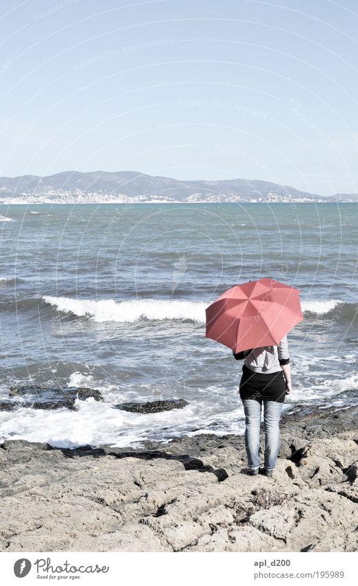 my bonnie is feminin Junge Frau Jugendliche 1 Mensch 18-30 Jahre Erwachsene Umwelt Natur Wasser Horizont Wellen Küste Palma de Mallorca Regenschirm stehen