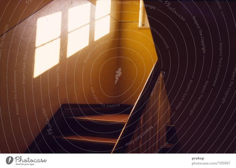 Krumm und schief. Aber aufgeräumt. Fenster Linie Treppe ästhetisch Häusliches Leben Flur Treppengeländer Gebäude eckig Licht Warme Farbe