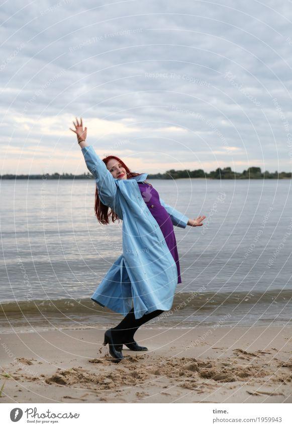. feminin Frau Erwachsene 1 Mensch Schauspieler Tänzer Himmel Herbst Küste Flussufer Strand Kleid Mantel Schuhe rothaarig langhaarig lachen Blick Tanzen