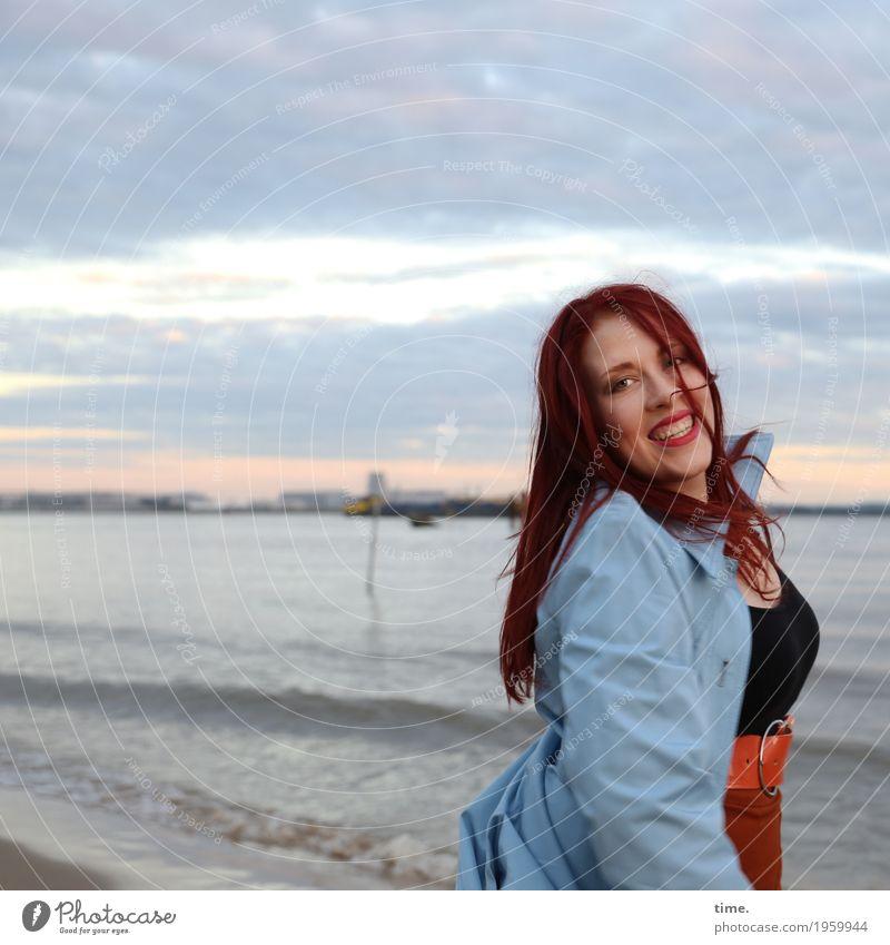 Anastasia feminin Frau Erwachsene 1 Mensch Himmel Wolken Horizont Wellen Küste Flussufer T-Shirt Rock Mantel rothaarig langhaarig beobachten Bewegung drehen