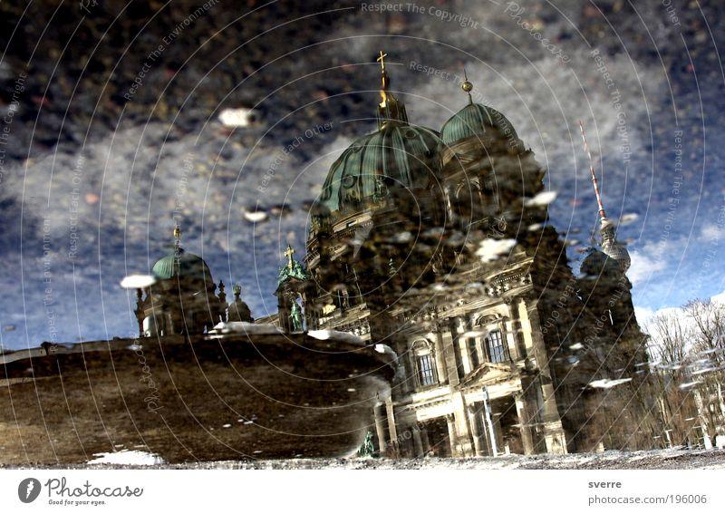 Dom I Wasser Architektur Berlin Sicherheit Schutz Spiegel Kreuz Glaube Gewalt Schlüssel Dom Sehenswürdigkeit Hauptstadt Laster Reflexion & Spiegelung