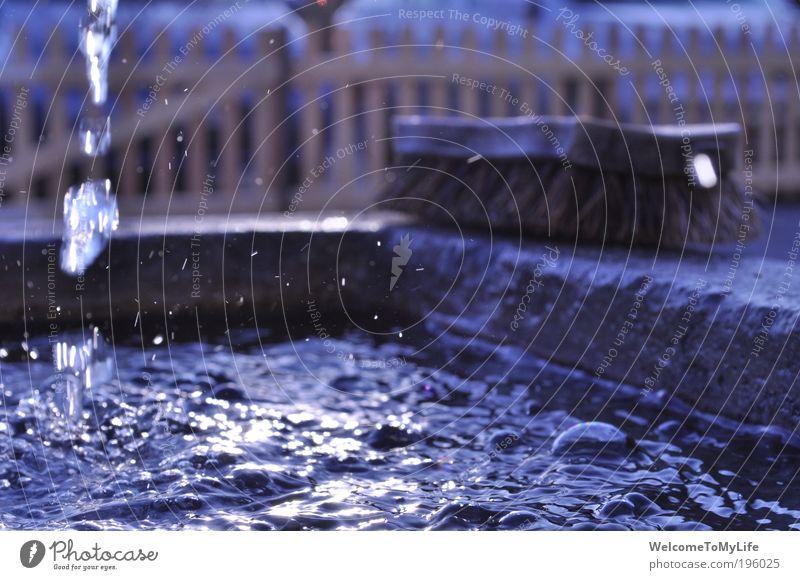 Brunnen Wasser blau kalt braun Wassertropfen nass frisch Brunnen Bürste