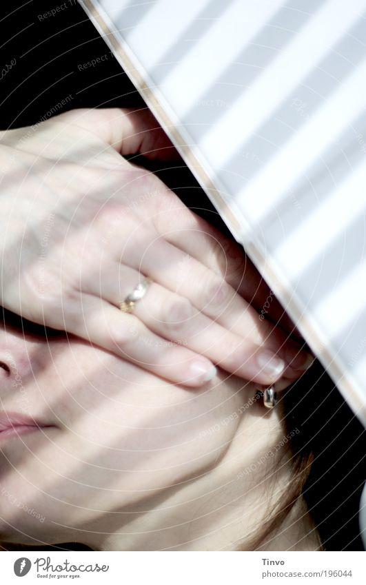 Photophobie feminin Frau Erwachsene Gesicht Hand Finger Schüchternheit Migräne Kopfschmerzen Lichtscheu Morgengruß Wegsehen schützend verdunkeln Streifen