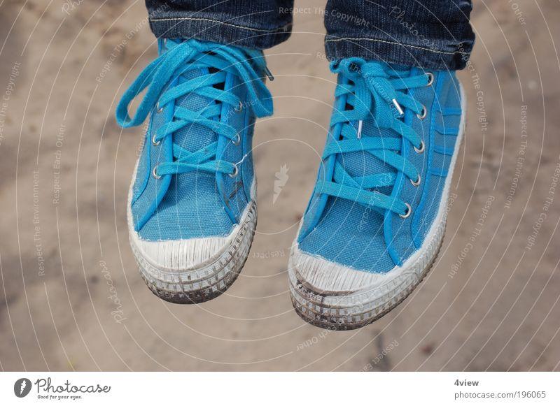 Die Füße baumeln lassen 2 Kind blau Mädchen Gefühle Freiheit Fuß Kindheit Schuhe einzigartig Gelassenheit Zukunftsangst Verbote Optimismus 3-8 Jahre Angst schaukeln