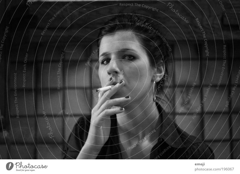 Stil Mensch Hand Jugendliche Gesicht schwarz feminin grau Erwachsene Coolness Rauchen dünn einzigartig Zigarette Laster Junge Frau
