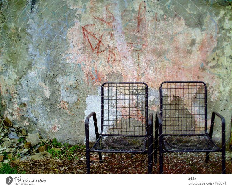 Mein Platz an der Sonne Garten Stuhl Menschenleer Mauer Wand Fassade Terrasse Gartenstuhl Beton alt dreckig dunkel kalt Kapitalwirtschaft Misserfolg Zukunft
