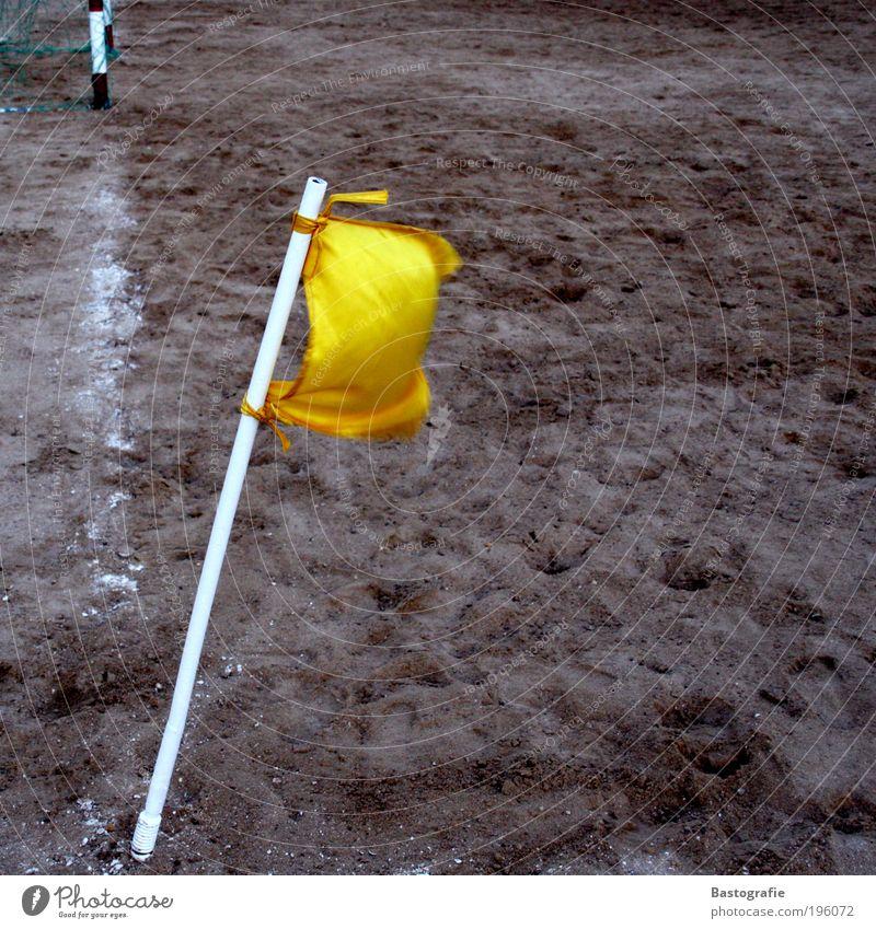 Im Winde verweht Sport Fußball Ecke Eckfahne Rasen Weltmeisterschaft gelb Tor Pfosten Linie Sand Erde Ballsport Spielen Markierungslinie Schilder & Markierungen