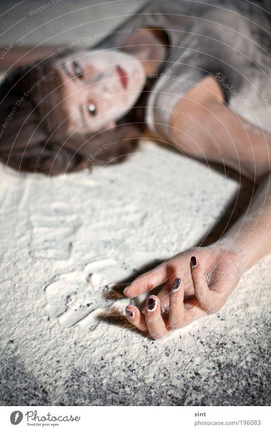 backmischung ruhig feminin Junge Frau Jugendliche Hand 1 Mensch Mehl Erholung liegen warten dreckig rebellisch weiß Farbfoto Außenaufnahme Nacht