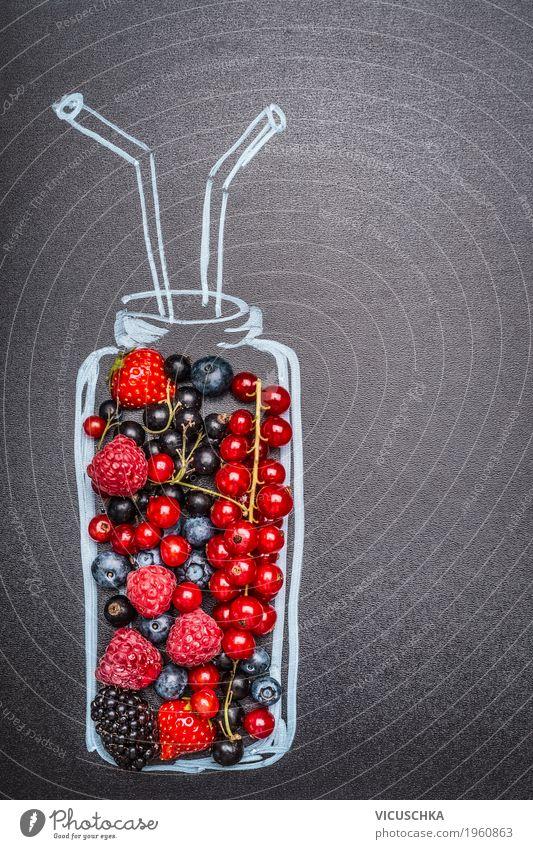 Gemalte Flasche mit frischen verschiedenen Beeren für Smoothie Lebensmittel Frucht Ernährung Bioprodukte Vegetarische Ernährung Diät Getränk Erfrischungsgetränk