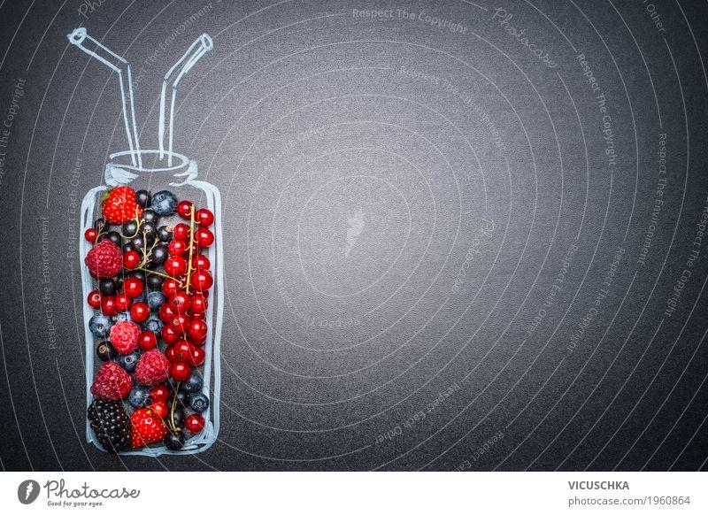 Flasche mit verschiedenen Beeren für Smoothie oder Saft Lebensmittel Frucht Bioprodukte Vegetarische Ernährung Diät Getränk Erfrischungsgetränk Stil Design
