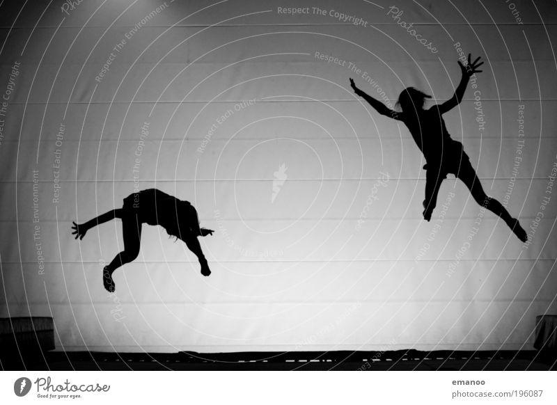 Kontrollverlust Mensch Jugendliche Freude schwarz Sport springen Freundschaft Tanzen Körper fliegen hoch Lifestyle Coolness Freizeit & Hobby fallen