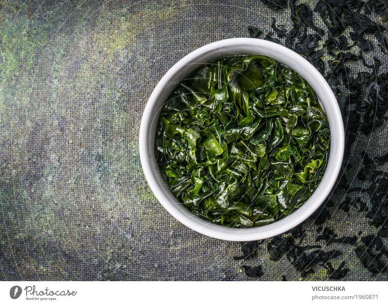Wakame Algen in Wasser Schüssel Lebensmittel Ernährung Bioprodukte Vegetarische Ernährung Diät Asiatische Küche Schalen & Schüsseln Stil Design Gesundheit