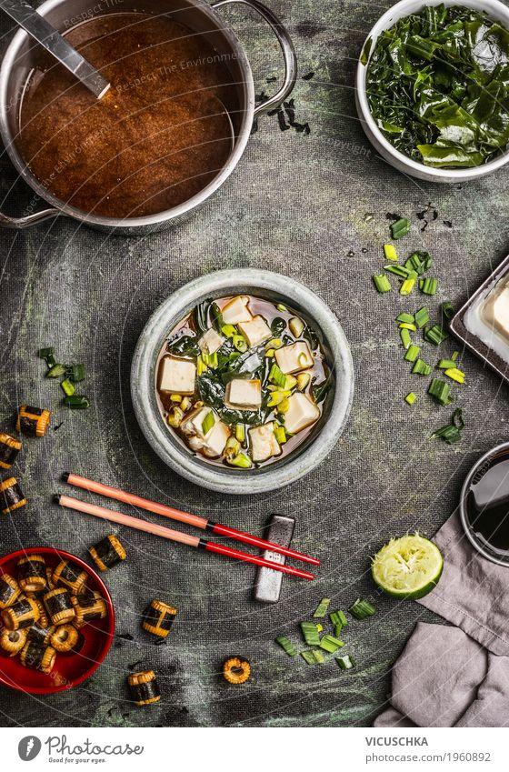 Japanische Miso-Suppe mit Zutaten Lebensmittel Eintopf Ernährung Mittagessen Abendessen Bioprodukte Vegetarische Ernährung Diät Asiatische Küche Geschirr