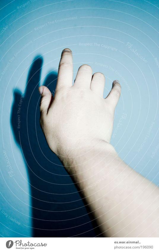 du kommst nicht wieder. Maniküre Arme Hand berühren Kommunizieren schlafen träumen Traurigkeit gruselig verrückt blau Menschlichkeit Wahrheit Hoffnung Glaube