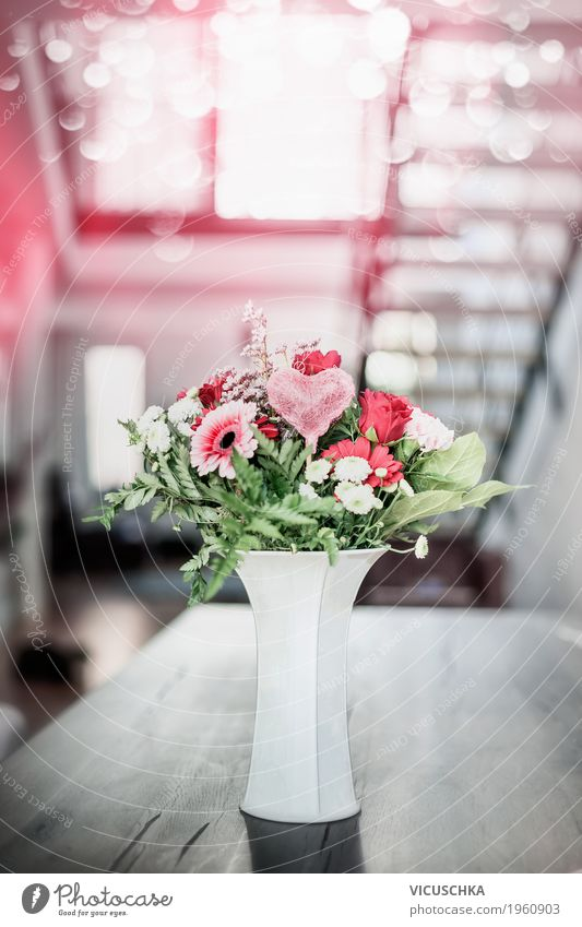 Blumen mit Herz in Vase auf Tisch im Wohnzimmer Blatt Haus Leben Blüte Innenarchitektur Liebe Stil Feste & Feiern Design rosa Wohnung Häusliches Leben