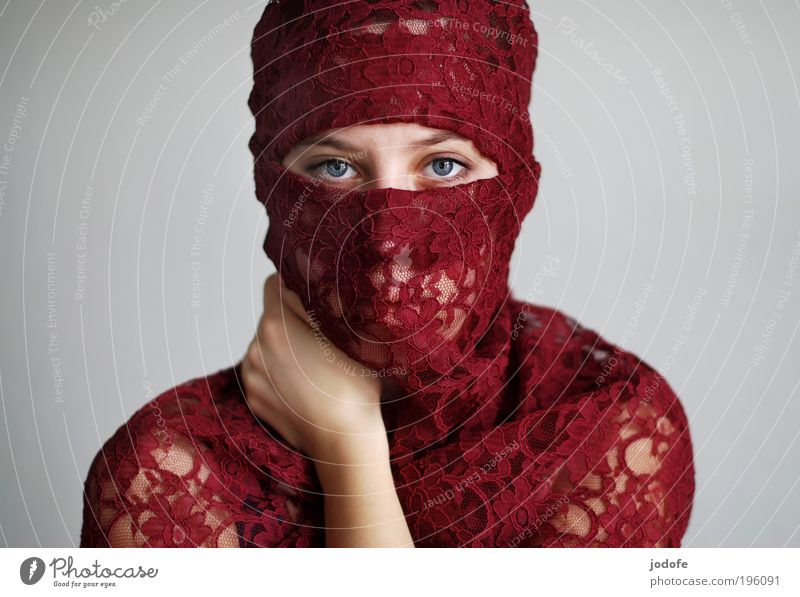 ernst feminin Junge Frau Jugendliche 1 Mensch 18-30 Jahre Erwachsene Kopftuch rot Vorsicht geduldig ruhig Selbstbeherrschung Toleranz ästhetisch Kultur