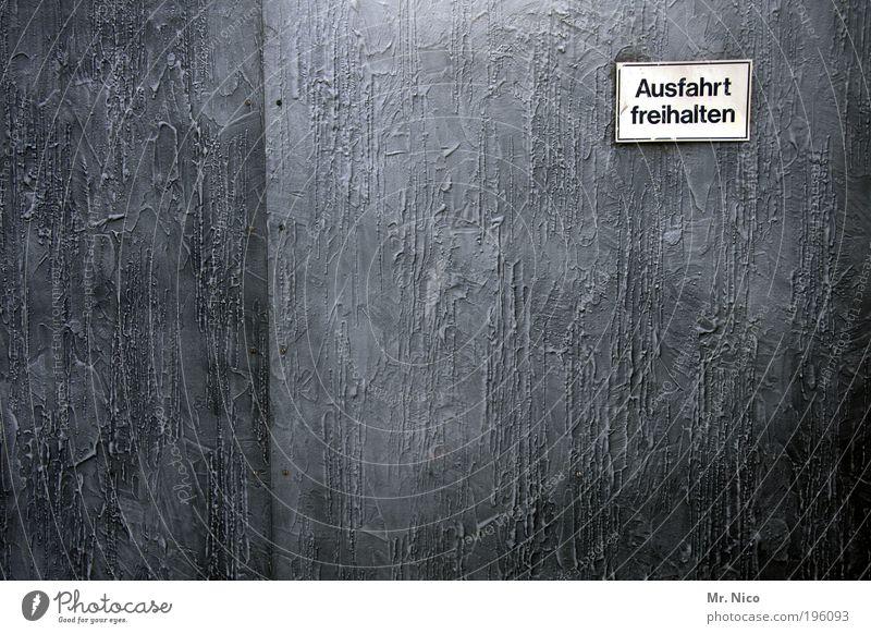 aus fahrt frei halten Wand grau Architektur Design Gesetze und Verordnungen Schriftzeichen Tor Hinweisschild Warnhinweis Schilder & Markierungen